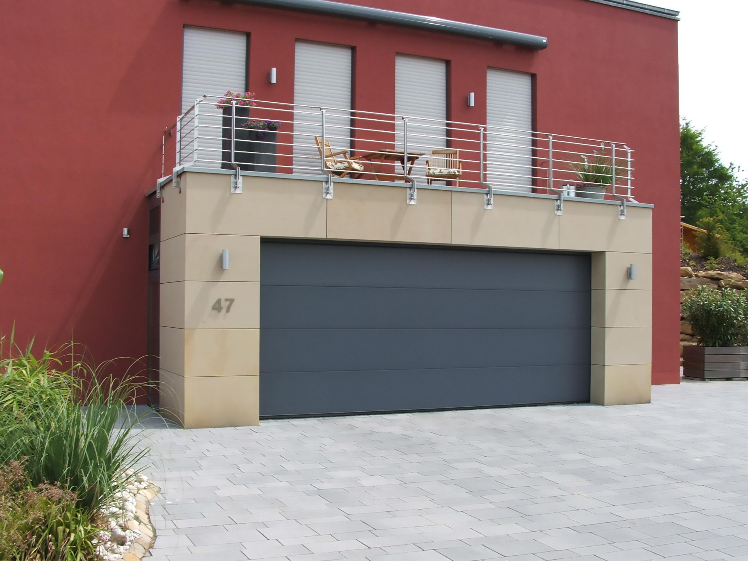 Fassade aus Naturstein an Garage